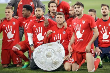 4月29日、リーグ優勝を決め、ポーズをとるBミュンヘンの選手たち=ウォルフスブルク(AP=共同)