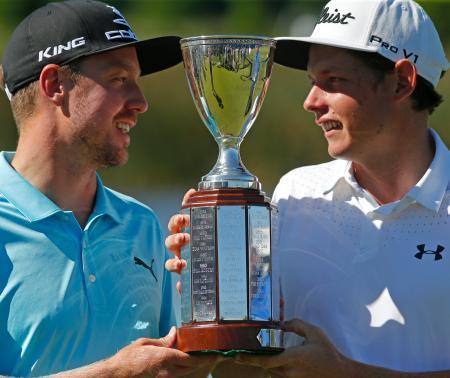 優勝したブリクスト(左)とスミス=1日、ルイジアナ州(AP=共同)