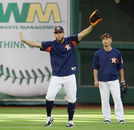 試合前の練習で音楽に合わせて踊るスプリンガー(中央)を眺めるアストロズの青木=2日、ヒューストン(AP=共同)