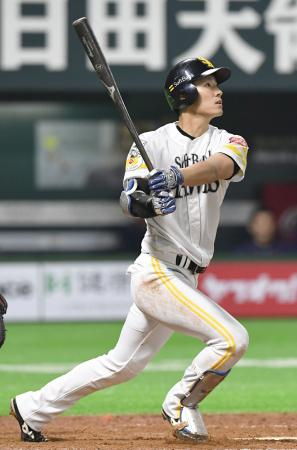 4回ソフトバンク2死、上林が右越えに逆転満塁本塁打を放つ=ヤフオクドーム