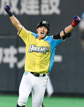9回、サヨナラ打を放ちガッツポーズして喜ぶ日本ハム・大田=札幌ドーム