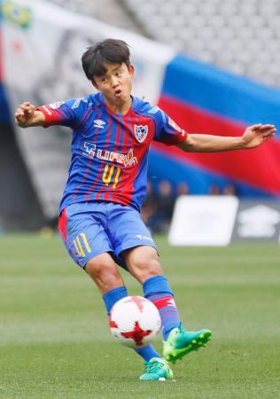FC東京―札幌 後半、FKで直接ゴールを狙うFC東京・久保=味スタ
