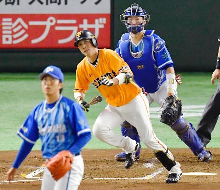 2回巨人2死二、三塁、小林が中前に逆転の2点打を放つ。投手水野、捕手戸柱=東京ドーム