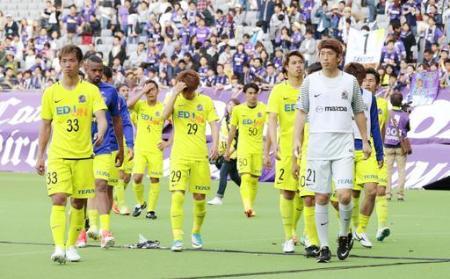J1 FC東京―広島 FC東京に敗れ引き揚げる広島イレブン=味スタ