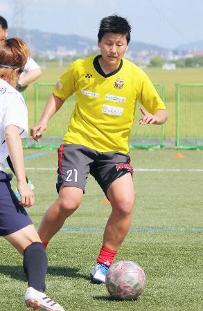 サッカー九州女子リーグの熊本ルネサンスに加入し、チーム練習に初参加した海堀あゆみ=4日、熊本県嘉島町