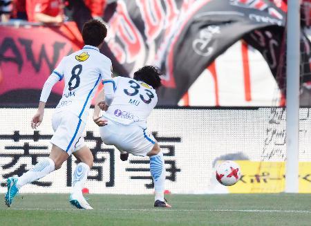 浦和―鹿島 前半、先制ゴールを決める鹿島・金崎(33)=埼玉スタジアム