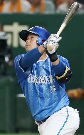 2回DeNA無死一塁、宮崎が左越えに先制2ランを放つ=東京ドーム