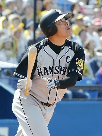 5回阪神1死一塁、福留が右越えに2ランを放つ=神宮