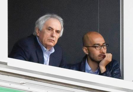 J1浦和―鹿島戦を観戦に訪れた日本代表のハリルホジッチ監督(左)=埼玉スタジアム