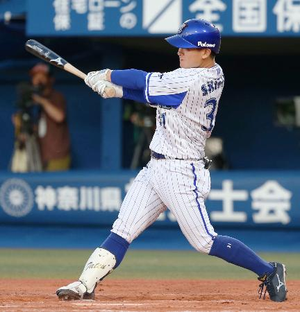 11回DeNA1死二塁、柴田が中越えにサヨナラ二塁打を放つ=横浜