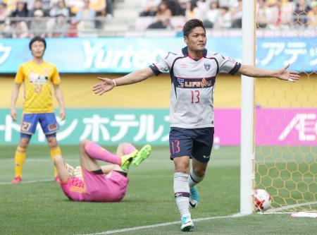 仙台―FC東京 後半、自身2点目となるゴールを決め喜ぶFC東京・大久保嘉=ユアスタ