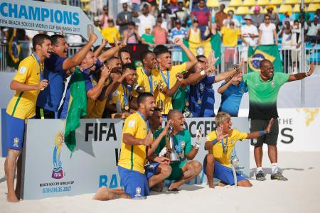 優勝を喜ぶブラジルの選手ら=7日、ナッソー(ゲッティ=共同)