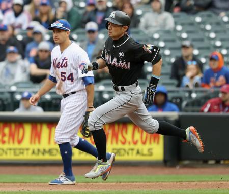 メッツ戦の8回、代打で二塁打を放ち、一塁を回るマーリンズのイチロー=ニューヨーク(共同)