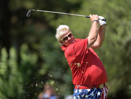 米シニアゴルフのインスペリティ招待最終日、17番でティーショットを放つジョン・デーリー=7日、ウッドランズ(ヒューストン・クロニクル、AP=共同)