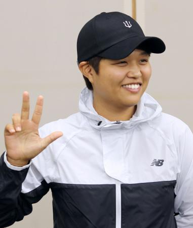 米女子ゴルフツアー3勝目を挙げ、記者会見する野村敏京。指を3本立て笑顔でポーズ=8日、東京都港区