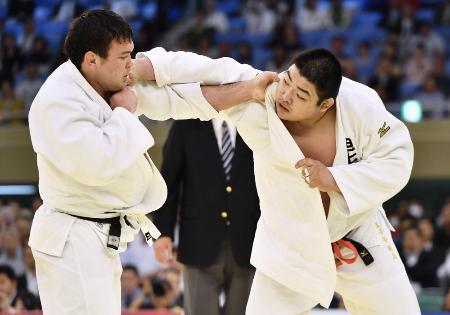 ウルフ・アロン(左)を攻める王子谷剛志。延長の末、優勢勝ちで優勝を果たした=日本武道館
