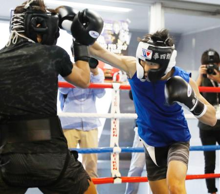 WBC世界ライトフライ級王座挑戦に向けて、スパーリングする拳四朗=東京都新宿区