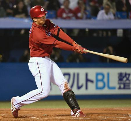 7回広島2死一塁、鈴木が左越えに逆転2ランを放つ=神宮
