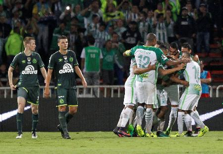 サッカーの南米スーパー杯第2戦で、得点を喜ぶナシオナル・メデジンの選手たち。左はシャペコエンセの選手=コロンビア・メデジン(ロイター=共同)