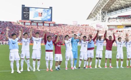 J1 浦和―鹿島 浦和に勝利しサポーターにあいさつする鹿島イレブン=埼玉スタジアム