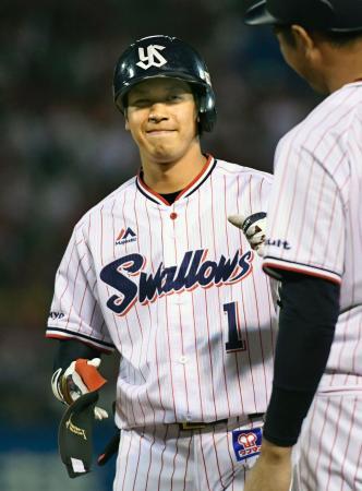 4回、適時打を放ち、一塁上で笑顔を見せるヤクルト・山田=神宮