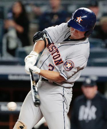 ヤンキース戦の7回、左翼線二塁打を放つアストロズ・青木=ニューヨーク(共同)