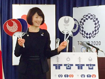 2020年東京五輪・パラリンピックの開催3年前の「夏祭り」で使用するうちわなどを紹介する丸川五輪相=12日午前、内閣府