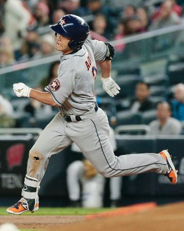 ヤンキース戦の7回、左翼線二塁打を放ち二塁へ向かうアストロズ・青木=ニューヨーク(共同)