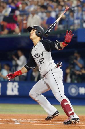 6回阪神2死、中谷が左越えに勝ち越し本塁打を放つ=横浜