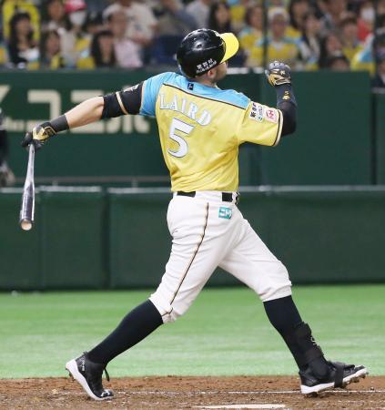 3回日本ハム2死一塁、レアードが左越えに2ランを放ち、4打数連続本塁打のプロ野球記録に並ぶ=東京ドーム