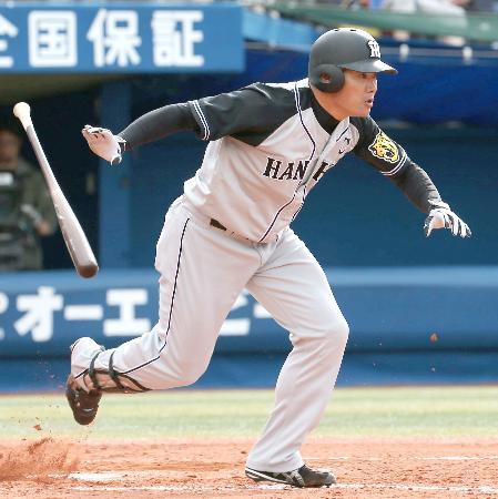 9回阪神無死一、二塁、福留が右前に決勝打を放つ=横浜