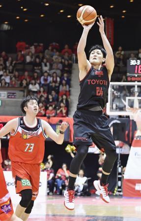 A東京―三遠 第2クオーター、シュートを決めるA東京・田中(右)=代々木第二体育館