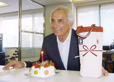65歳の誕生日を迎え、報道陣から贈られたケーキを前に笑顔を見せるサッカー日本代表のハリルホジッチ監督=15日、東京都文京区の日本サッカー協会