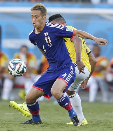 サッカーのワールドカップ、ブラジル大会のコロンビア戦でプレーする本田圭佑(ほんだけいすけ)選手=2014年6月(共同)