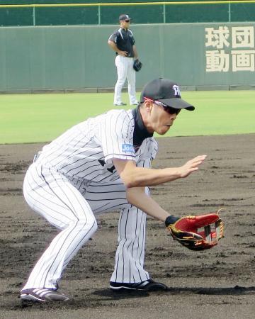 2軍の練習に合流し、ノックを受ける阪神・西岡=鳴尾浜
