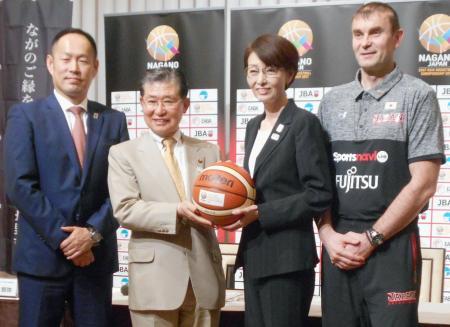 バスケットボール男子の東アジア選手権日本代表候補発表の記者会見で、写真撮影に応じる三屋裕子日本協会会長(右から2人目)ら=16日、長野市