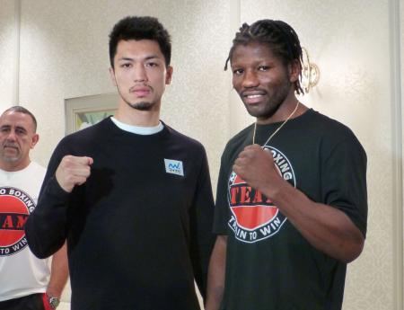 予備検診を終えポーズをとる村田諒太(左)とアッサン・エンダム=17日、東京都内