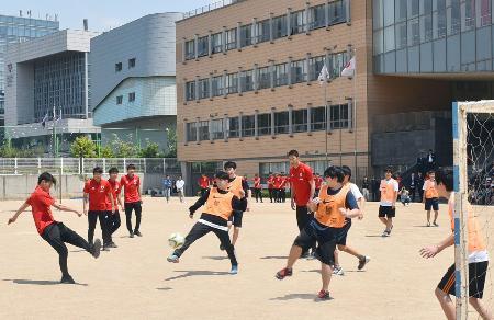 ソウル日本人学校で生徒らとのミニゲームを楽しむ、サッカーU―20W杯の日本代表選手ら=17日(共同)