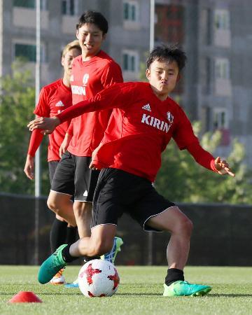 サッカーU―20W杯開幕を前に調整する久保(手前)=韓国・水原(共同)