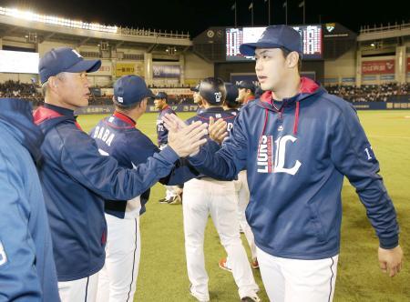 2勝目を挙げ、辻監督(左)とタッチを交わす西武・高橋光=ZOZOマリン
