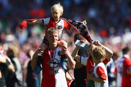 オランダ・リーグで優勝を決めた試合後、子どもたちとともに喜ぶフェイエノールトのカイト=14日、ロッテルダム(ゲッティ=共同)