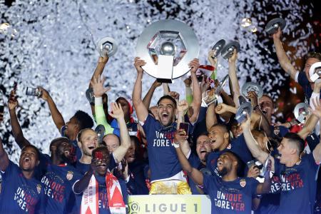 フランス1部リーグで17季ぶりの優勝を決め、歓喜に沸くモナコの選手たち=17日、モナコ(AP=共同)