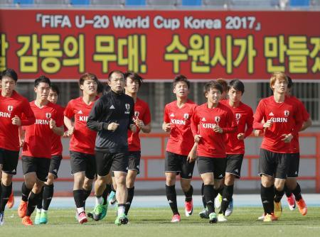 サッカーU―20W杯を前に調整する日本代表=水原(共同)