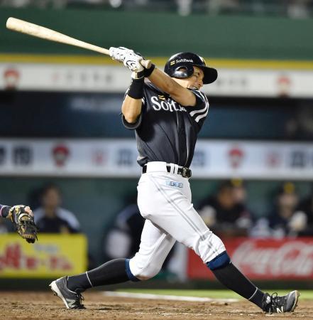 8回ソフトバンク2死二塁、川崎が中越えに適時二塁打を放つ=ほっともっと神戸