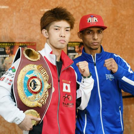 WBOライトフライ級タイトルマッチの調印式を終え、ポーズをとる王者の田中恒成(左)と挑戦者のアンヘル・アコスタ=19日、名古屋市
