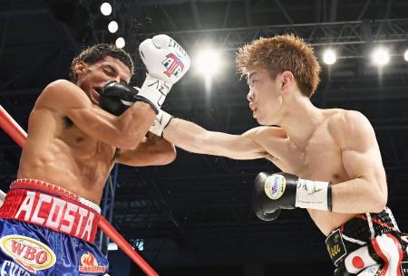 5回、アンヘル・アコスタ(左)を攻める田中恒成=武田テバオーシャンアリーナ