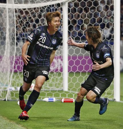 G大阪―鳥栖 試合終了間際に3点目のゴールを決め、駆けだすG大阪・長沢(左)と藤春=吹田スタ