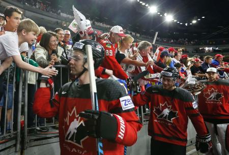 ロシアに勝利し、喜ぶカナダの選手とサポーターたち=20日、ドイツ・ケルン(ロイター=共同)