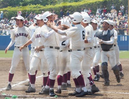 花咲徳栄にサヨナラ勝ちし、喜ぶ清宮(中央左)ら早実の選手たち=茨城県ひたちなか市民球場