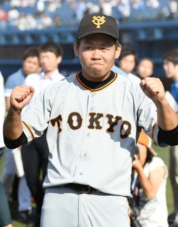 今季初完封で4勝目を挙げ、お立ち台でポーズをとる巨人・田口=横浜
